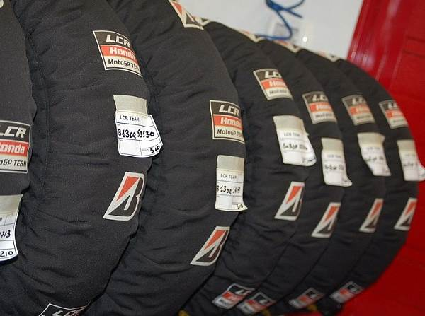 © LCR - In der Box werden die Bridgestone-Reifen in Heizdecken vorgewärmt
