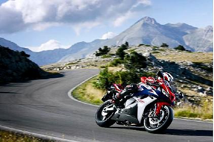 Das begeisternd leichtfüßige Sportbike CBR600RR Modelljahr 2010 ist bereits ab 9 730 Euro* erhältlich.
