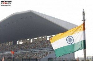 Tribüne und indische Flagge in Noida © xpbimages.com