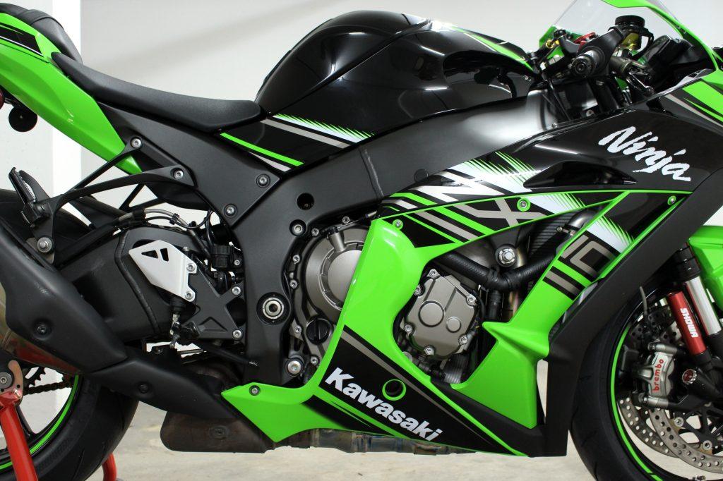 Scheint alles wie gehabt: Lässt man Front und Heck außer Acht, gleichen die Formen der 2016er Kawasaki in weiten Teilen dem Vorgängermodell.
