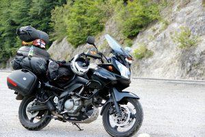 """Bikern, die sich mit anderen Motorradreisenden austauschen wollen, sei das Touratech Travel-Event empfohlen. Das findet einmal pro Jahr statt. Tausende Motorradfahrer treffen sich dort, um sich unter Gleichgesinnten ihrem Fernweh hinzugeben und Motorradzubehör zu testen. Erfahrungen aus erster Hand bieten auch zahlreiche Dokumentationen, wie die von Hollywood-Star Ewan McGregor, der die Welt auf dem Motorrad umrundete. Der Film heißt """"Long way round"""" und erreichte ein Millionenpublikum. Er erzählt von seiner 115-tägigen Motorreise durch über 15 Länder – eine gute Einstimmung auf den anstehenden Motorradurlaub. Quelle: Bild 1: pixabay © PetrFromMoravia (CCO Public Domain) Bild 1: pixabay © drozdzok (CCO Public Domain) Bild 1: pixabay © hbieser (CCO Public Domain)"""