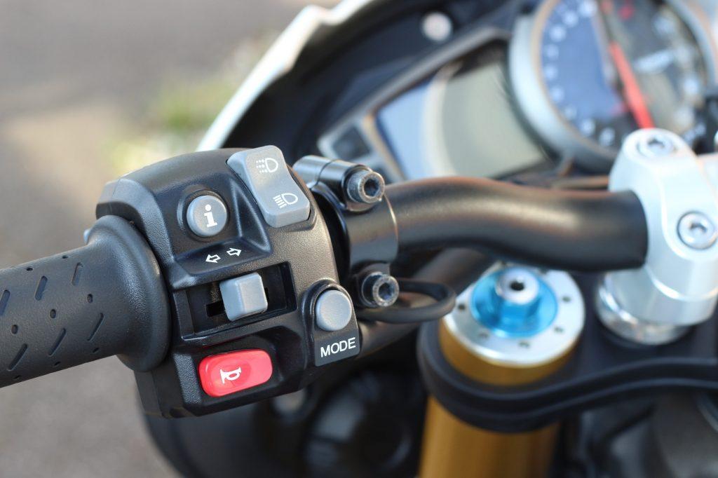 Schön und gut. Die Armaturen an der Speed Triple wirken sehr wertig und erlauben eine intuitive Bedienung der Schaltzentrale.