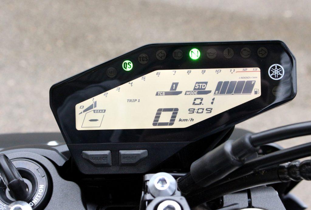 Das neu designte Cockpit der MT sitzt jetzt weiter ob und mehr im Sichtbereich des Fahrers. Für den Drehzahlmesser muss man aber trotzdem ganz genau hinsehen
