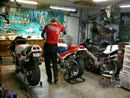 Motorrad Männerträume: Honda RC30 und RC45 in der Garage.