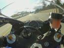 Motorradfahrer knallt lebensmüde mit fast 300 über die Autobahn