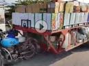 Abartig: Motorrad Transport leicht überladen - lebensgefährlich