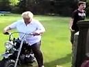 Motorrad Crash: Oma fährt den Nachbarn besuchen - durch den Zaun