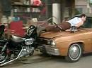 Al Bundy fährt aus der Garage, Kelly fährt rein - man trifft sich in der Mitte