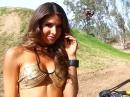 Amanda Delgado Pin-Up - Dirtbike für die Augen - Waffe