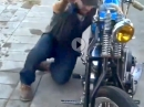 Arschkick: Wer kickt sein Motorrad auch so an?!