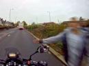 Arschloch - Fußgänger schlägt Motorradfahrer gegen Helm