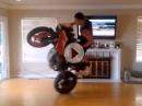 Artgerecht MotoGP gucken: Im Wohnzimmer mit Wheelie