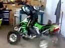 ATV Freestyle in der Garage - Werkstatt Dounut - Platz ist in der kleinsten Hütte