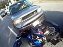 Motorradunfall: SUV schießt Motorrad ab. Fahrer mit Schutzengel