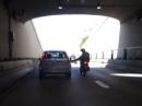 Auto vs Motorrad. Fußtritt, Crash, 1:0 fürs Auto - Vollidiot