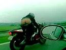 Motorradfahrergruß: Kuck mir mal in den Hintern, ob´s Hemd gerade sitzt ;-)