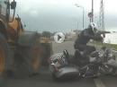 Bagger vs. Chopper: Crash mit Schutzengel - ohne Chance abgeräumt