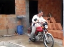 Baukran Motorrad - mühsam, aber funktioniert
