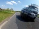 Beinah Crash: Autofahrer überholt an unübersichtlicher Stelle - Idiot