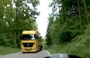 Beinah Motorradunfall: LKW überholt Radfahrer in Kurve - extrem eng.