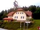 Big, big Jump - gewaltiger Motocross Sprung - Riesensatz in Richtung Wolken