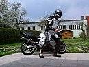 Motorrad Break-Dance mit Lederlutz -Aufwärmen vor der Fahrt