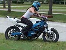 Motorrad Stunt Training 20-25 year old girl practicing show riding