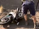 """Böser Crash vor den Augen der Cops - Flug gegen """"No Stopping"""" Schild"""