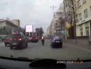 Böser Motorrad Crash: Iron Man?! Aufstehen, schütteln und cool bleiben