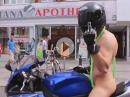 Borat auf Suzuki GSX-R - Der Mankini ist aus Leder, also korrekt