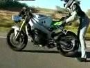 Motorrad Stunts Männersache? Von wegen: Brandy, 18 und Gaskrank!