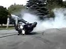 Motorrad-Burnout Crash: Scheisse wenns plötzlich gript. geil wenn der Schmerz nachlässt.
