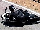 """CBR1000 Fahrer verabschiedet sich per Lowsider in der """"The Snake"""" und hat gehörig Massel. Zu früh am Gas taugt selten was"""