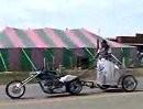 Und das fährt wirklich! - Motorrad zieht römischen Kampfwagen *lol*