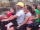 Chinesischer Motorrad Familienausflug - leicht überladen