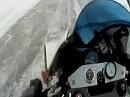 Craig Jones knallt mit einer Buell 1125R mit 238 übers Eis.