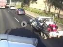Crash auf Ladefläche: Motorradfahrer pennt und wird schlagartig geweckt
