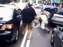 Crash: Auto vs Scooter. Gleich zweimal scheisse gelaufen