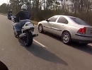 Crash Autofahrerin vs. Motorradfahrer: Eine Frau sieht rot und überholt