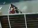 Crash: Keine Kohle für Helm und Jacke, aber an die Wand knallen. Dummbeutel!!