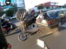 Crash: Wheelie gezogen und in den Kofferraum geflogen