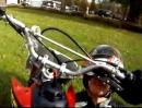 Verrückter Crash: Hängst Du mit dem Helm am Lenker, macht der Fahrer wilde Schlenker