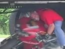 Crazy Motorrad LKW Stunt. Kopf hoch, Scheitel gezogen