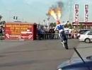 Der Helm brennt - Motorradstunt auf`m TESCO-Parkplatz Dunaharaszti