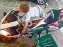 Motorrad infiziert der Kleene: Hoch klettern, starten, Vollgas - Früh übt sich