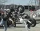 Der kürzeste Motorrad Stunt: Anfahren, Überschlag - fertig!