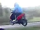 Der Motorroller springt hoch, der Roller springt weit, beim Aufschlag der Fahrer laut schreit!