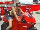 Die perfekte Frau?! Sexy, Ducati Desmosedici RR und Kohle = Traumfrau?