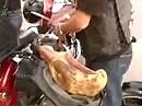 Die spinnen die Spanier - Schinkenhalter am Motorrad, wetterfest mit passendem Goretex-Beutel