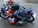 Doppelter Knieschleifer im Regen auf Honda CBR 125R